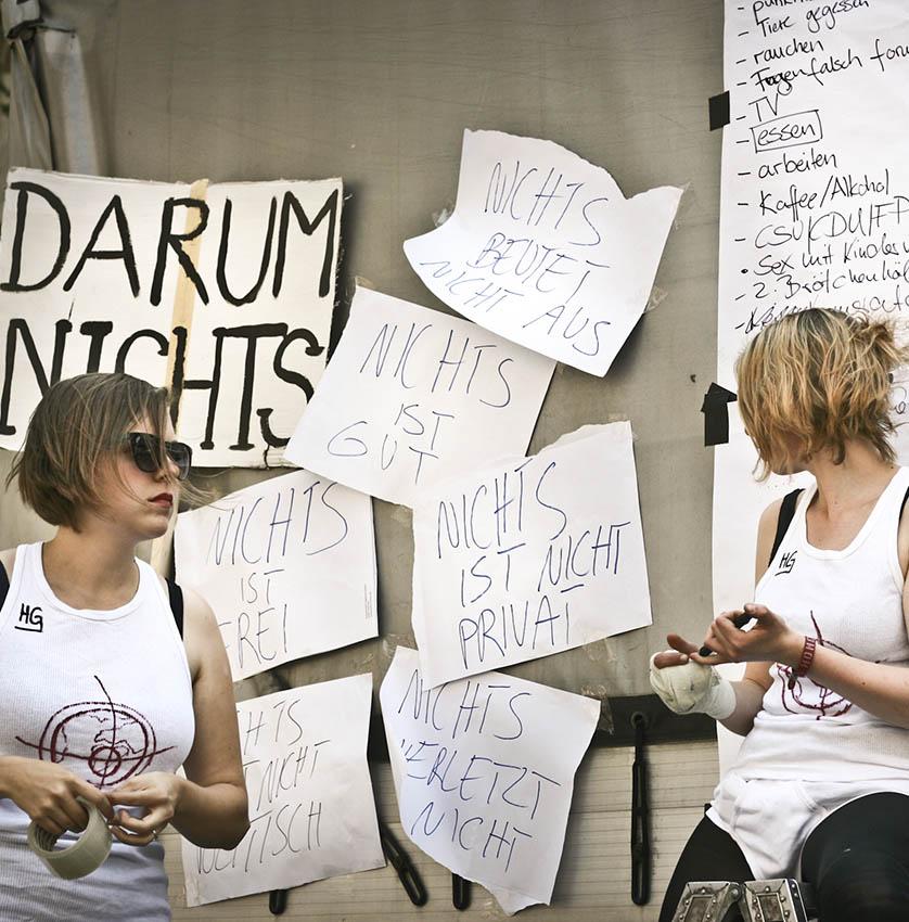 Die Performistinnen von Hysterisches Globusgefühl vor ihrer Not-to-Do-Liste, Foto ©Oliver Storch